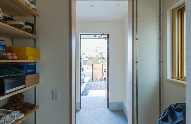 玄関入り口正面で棚を設けたシューズクローク