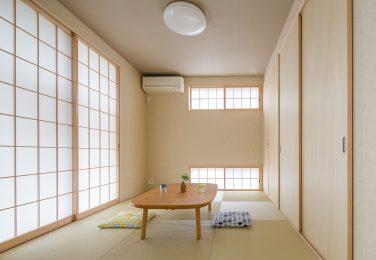 小窓と木の風合いがマッチした和室