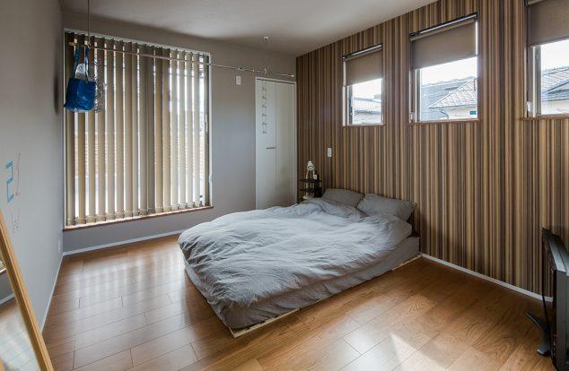 ストライプ柄のアクセントクロスを使った寝室