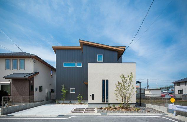 白塗り壁と紺ガルバのコントラストの家