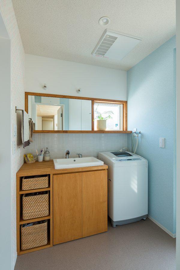 水色のクロスにたっぷり収納のオーダー洗面台