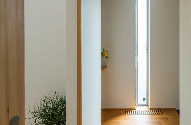 開口からの光で暖かく迎えてくれる玄関