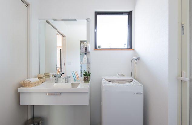 ネイビーのタイル調の床の洗面所