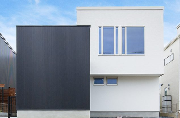 大きな窓の高台の家
