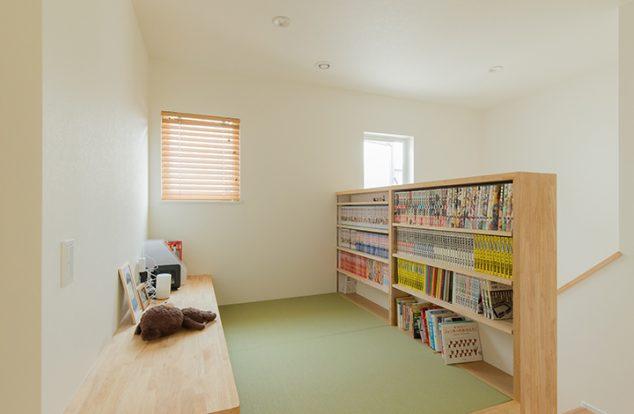畳スペースに設えたライブラリーとカウンター