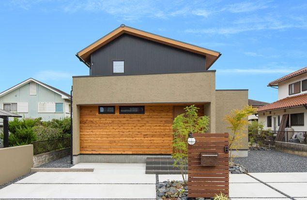 落ち着いた色味でへの字型の屋根を持つ外観