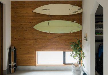 ディスプレイ可能な杉羽目板の玄関