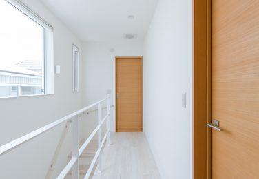 上の開口からの光が階段に落ちる家