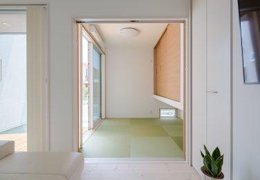 銀白色の畳と吊押入れの和室