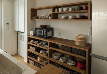 和テイストなオーダーの食器棚があるキッチン