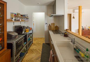 スチールラックと飾り棚を使ったオシャレなキッチン