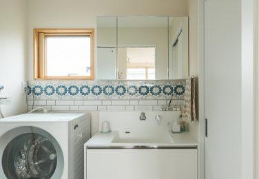白い壁にかわいいタイルが映える洗面所