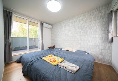 グレーで統一した落ち着きのある寝室