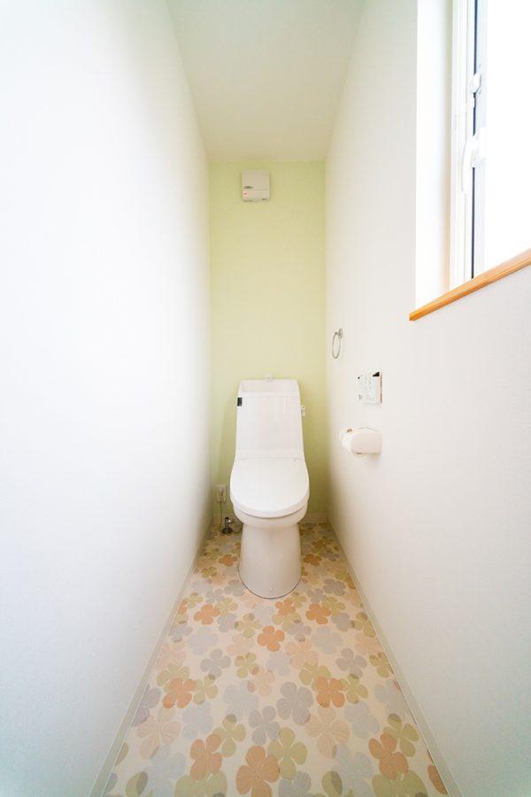 ピンクの花柄の床のトイレ