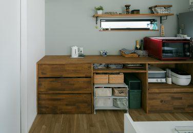 オーダーの食器棚とアクセントクロスのキッチン