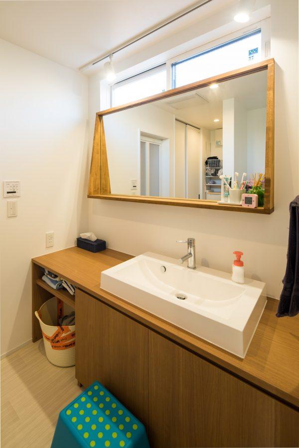 鏡周りの木枠に飾りを置ける洗面