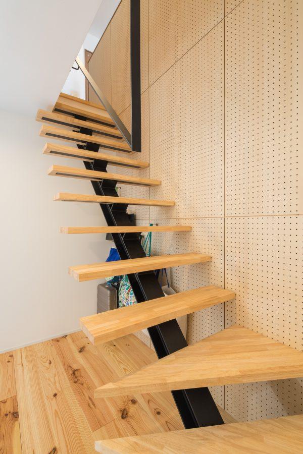 踏み面が木のストリップ階段