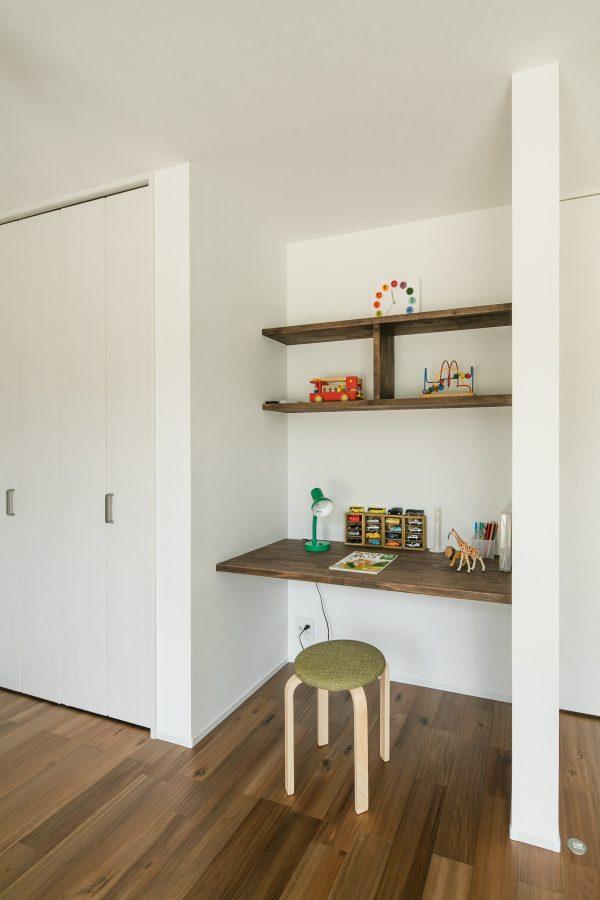 オーダーメイドの勉強机・飾り棚のある書斎