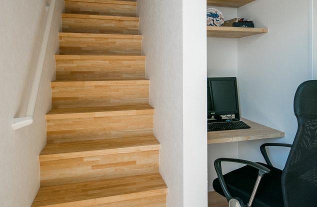 階段横空間をいかしたパソコンスペース