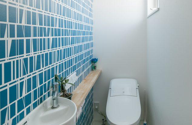 さわやかな青のアクセントクロスのトイレ