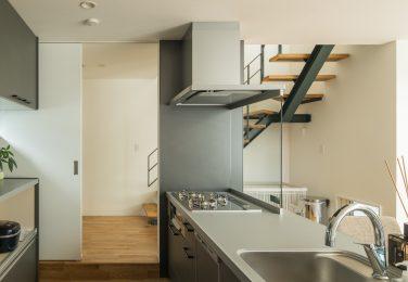 広い範囲を見渡せるオープンキッチン
