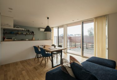 家具の色味を合わせて空間全体がうまくまとめられたリビングダイニング