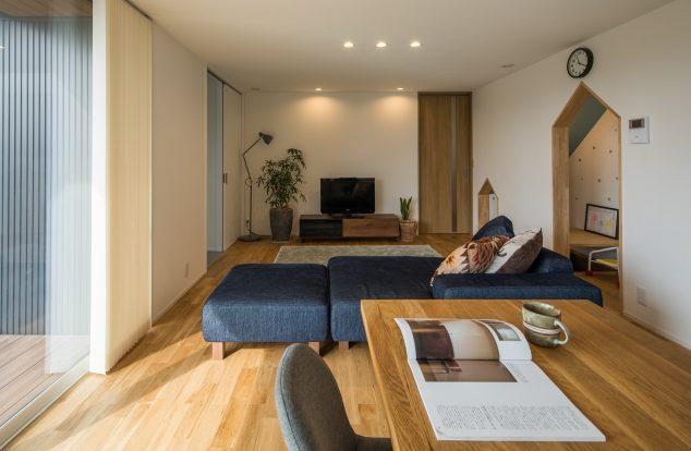 大小2つの家型の垂れ壁のあるリビング