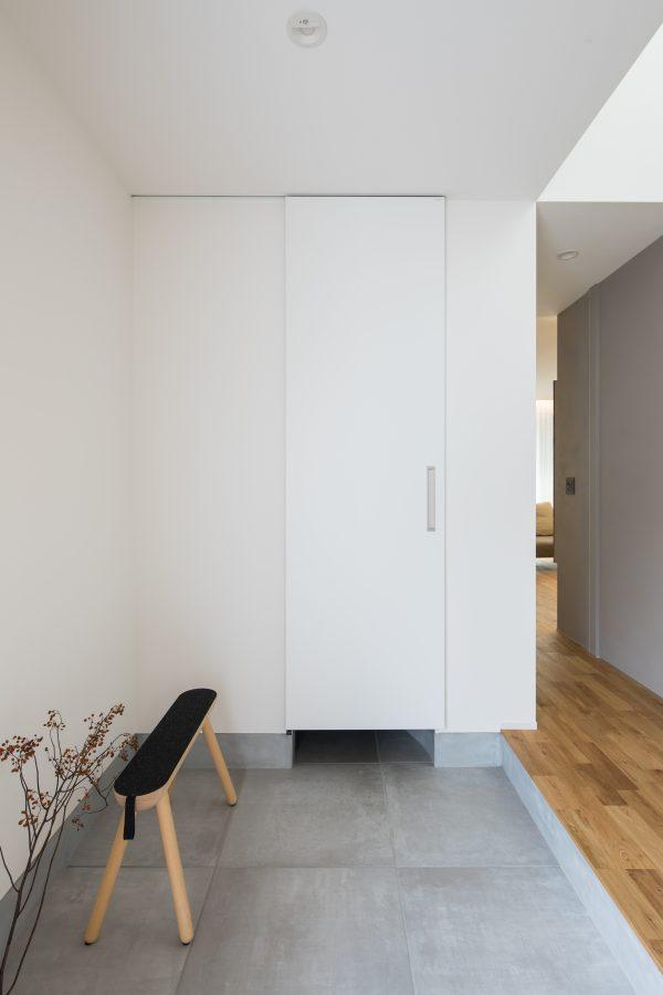 すっきり隠せるシンプルな玄関