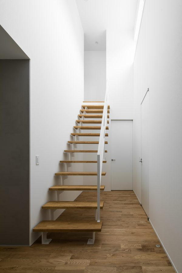採光により照らされる白階段