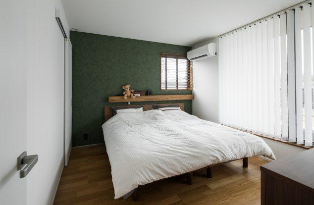 アクセントクロスによる色味のある寝室