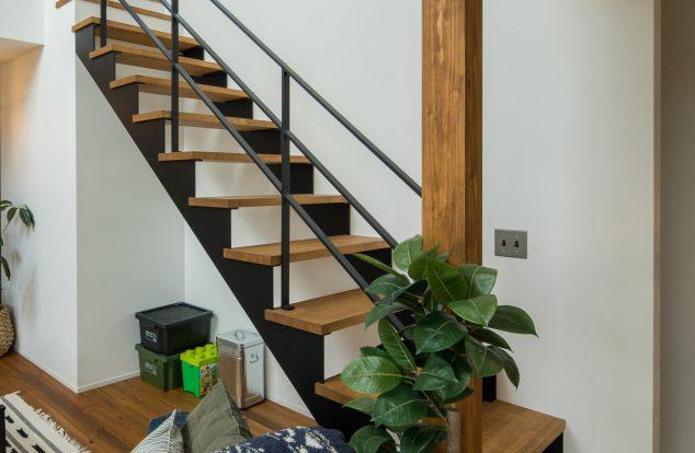 シャープなアイアン手摺の階段