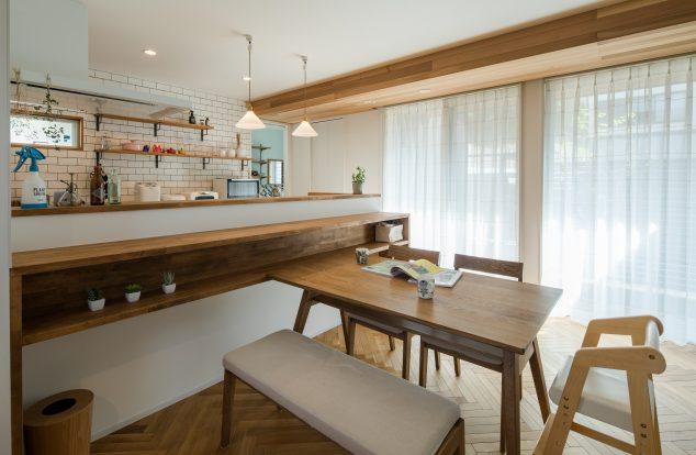 キッチンの腰壁に収納棚のついたダイニングスペース