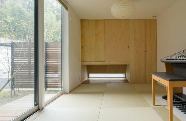 吊り押入れの下に窓をとったシンプルな和室