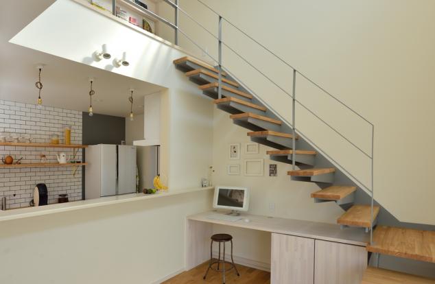 階段のスペースを有効活用した書斎