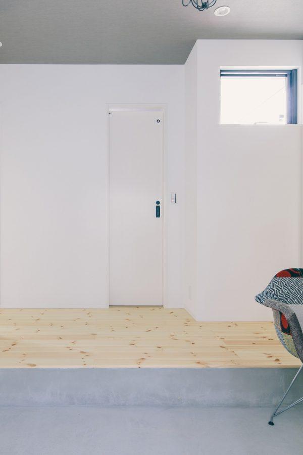 シンプルな中に際立つおしゃれなチェアのある玄関