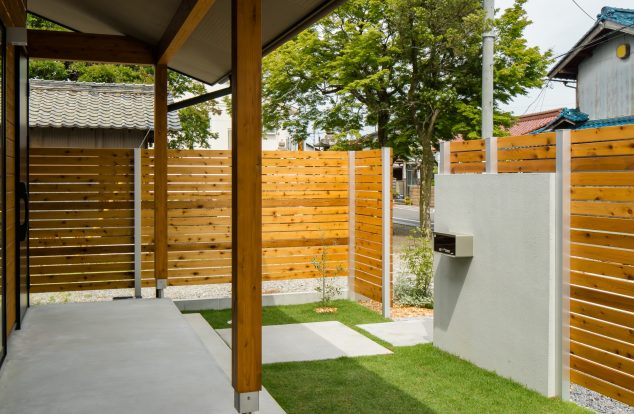 DIYされた板塀の奥に広がるプライベート空間