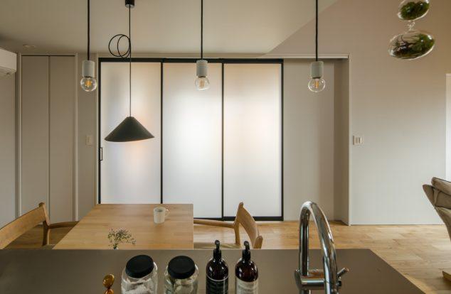 ダイニングキッチンと土間の間には光を通すスクリーンウォール