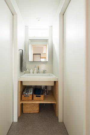 シンプルな白タイルの造作洗面台