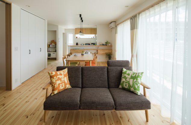 明るい色味で統一された空間に掃き出し窓から光が差し込むリビング
