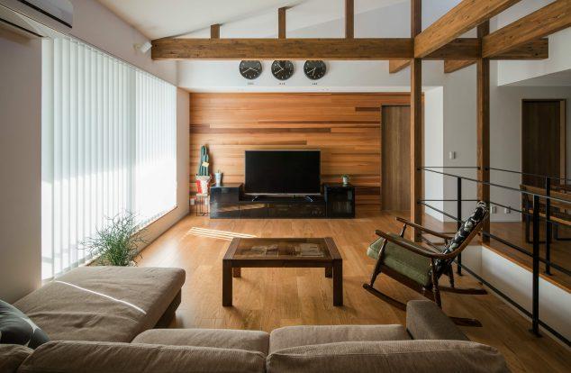 勾配天井にハイサイドライト、化粧梁が印象的なリビング
