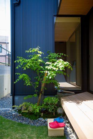 風にゆれる緑と、和の風合いが心地よい中庭