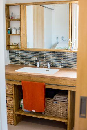 広々カウンターとニッチの造作洗面台