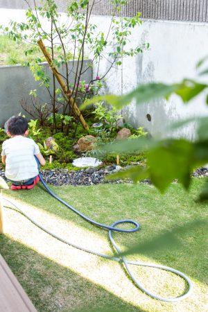 ウッドデッキから広がる季節の花木がある中庭