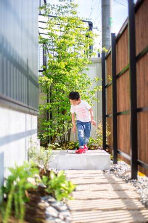 中庭に続く通路沿いの緑