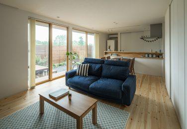 低めの家具選びで部屋全体の重心を下げた、シンプルなリビング