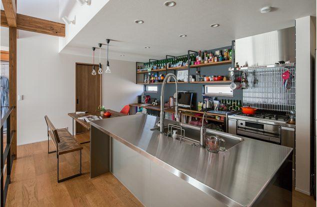 無機質なステンレスと木の風合いがマッチするキッチン