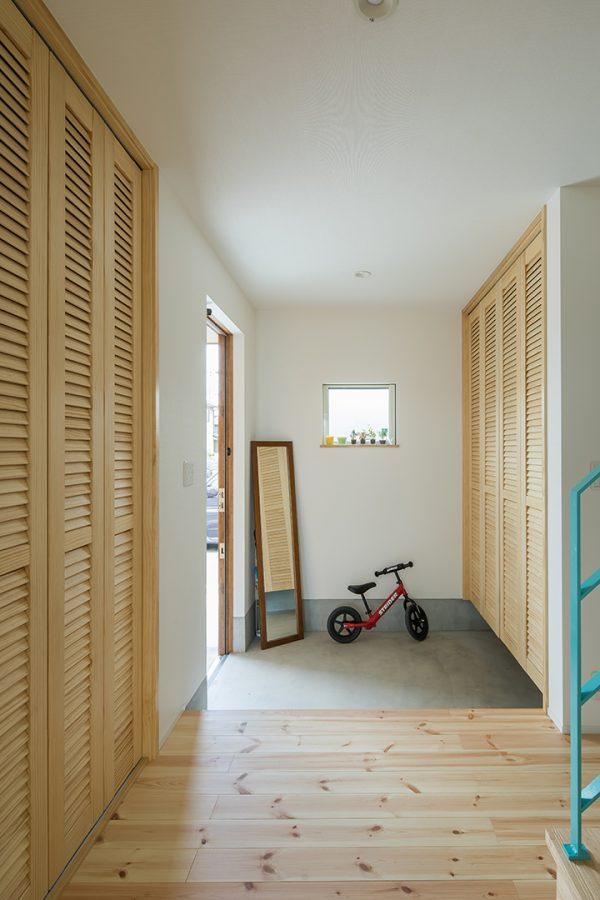 収納たっぷりのシンプル玄関
