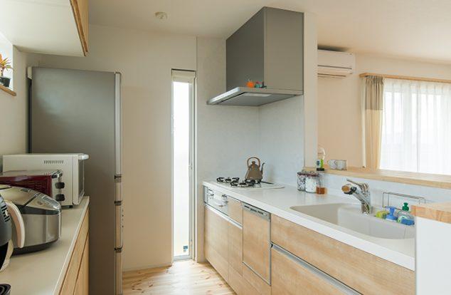 オーダーの食器棚で収納たっぷりのキッチン