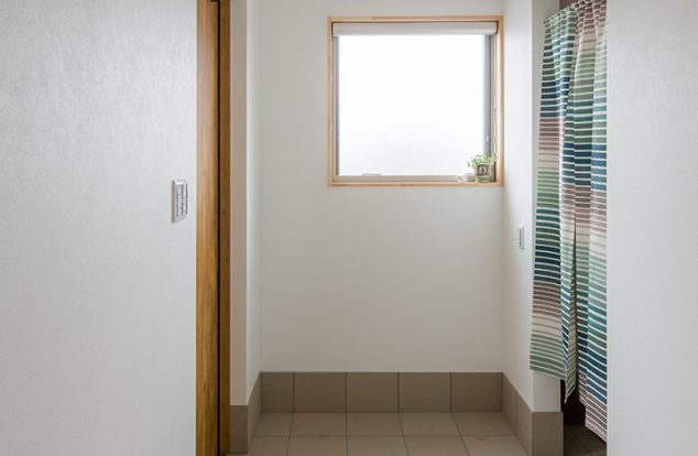大きな窓からの光が迎えてくれる玄関