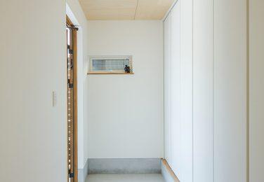 収納に収められたシンプル玄関